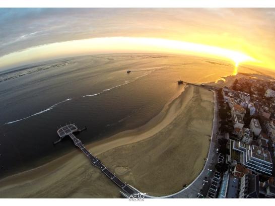 Sunrise de soleil sur la jetée Thiers à Arcachon en drone...